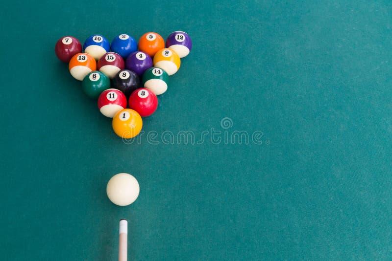 Den över huvudet sikten av pölbillardssnooker klumpa ihop sig på den gröna tabellen royaltyfri fotografi