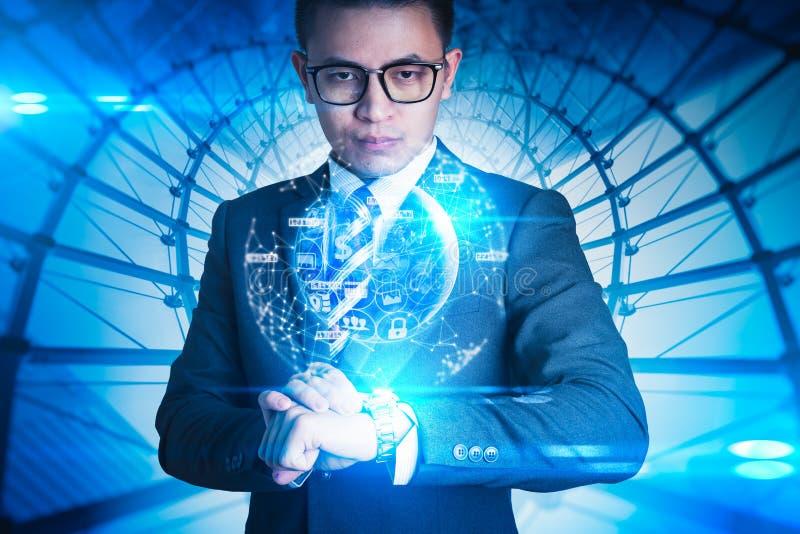 Den abstrakta bilden av affärsmannen som ser till det faktiska hologrammet på den smarta klockan och beståndsdelen av denna bild  royaltyfri foto