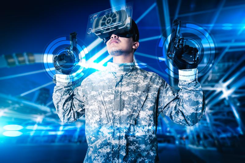Den abstrakta bilden av soldatbruket som exponeringsglas för en VR för stridsimuleringsutbildning överdrar med hologrammet arkivfoton