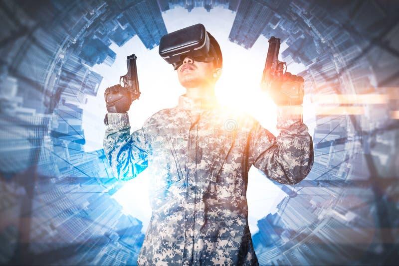 Den abstrakta bilden av soldatbruket som exponeringsglas för en VR för stridsimuleringsutbildning överdrar med stadsbilden för po arkivbilder