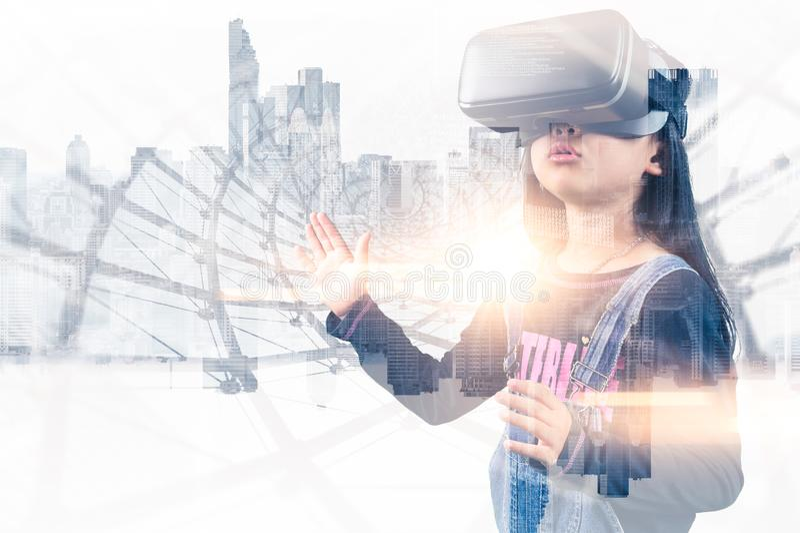 Den abstrakta bilden f?r dubbel exponering av flickan som anv?nder smarta exponeringsglas eller VR-exponeringsglas, ?verdrar med  royaltyfria bilder