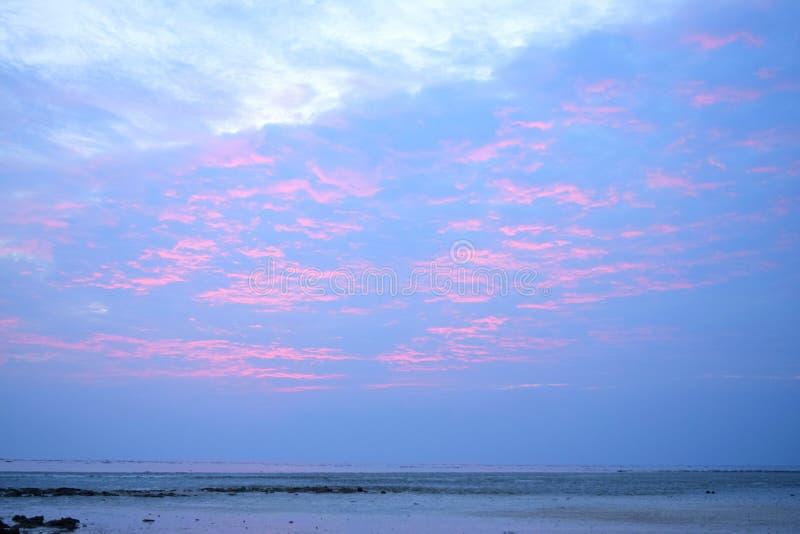 Den abstrakta modellen av apelsinen fodrar i moln i himmel på solnedgången - naturlig Skyscape bakgrund royaltyfria foton