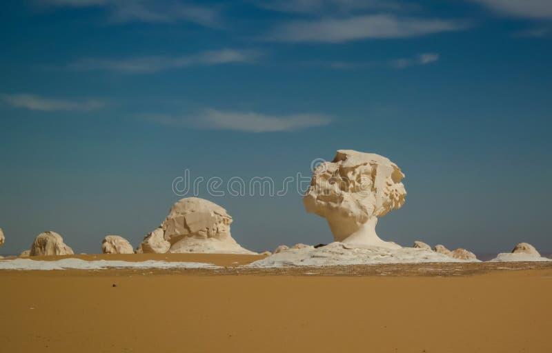 Den abstrakta naturen skulpterar i den vita öknen, Sahara Egypt royaltyfria foton