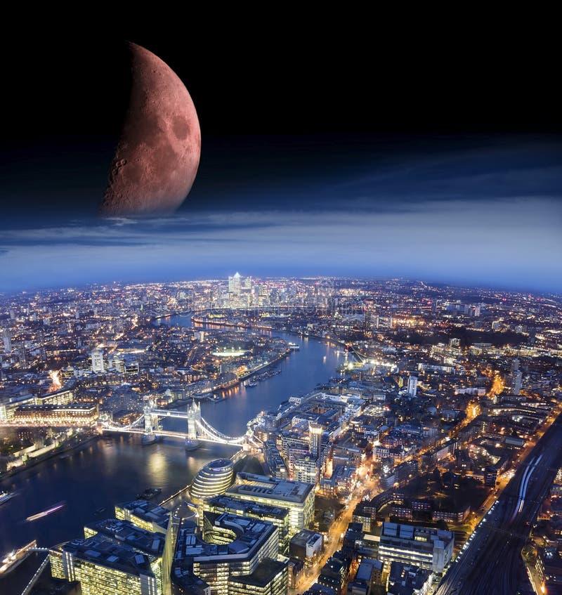 Den abstrakta platsen av den London staden på natten med månen tillfogade från ett annat foto arkivfoto
