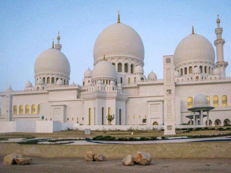 Den Abu Dhabi Sheik Zayed moskén, Sheikh Zayed Grand Mosque lokaliseras i Abu Dhabi royaltyfri fotografi