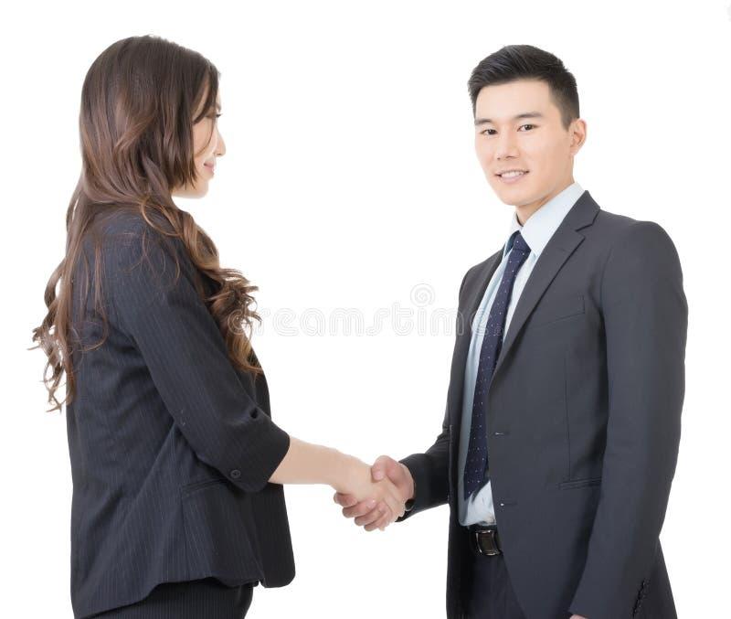 Den affärskvinnan och mannen skakar händer royaltyfria foton