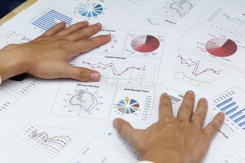 Den affärsmanSummary rapporten och kapitalmarknaden planerar analysering av måndag royaltyfri bild