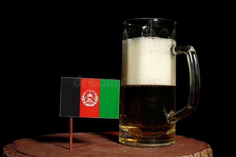 Den Afghanistan flaggan med öl rånar isolerat på svart royaltyfri fotografi