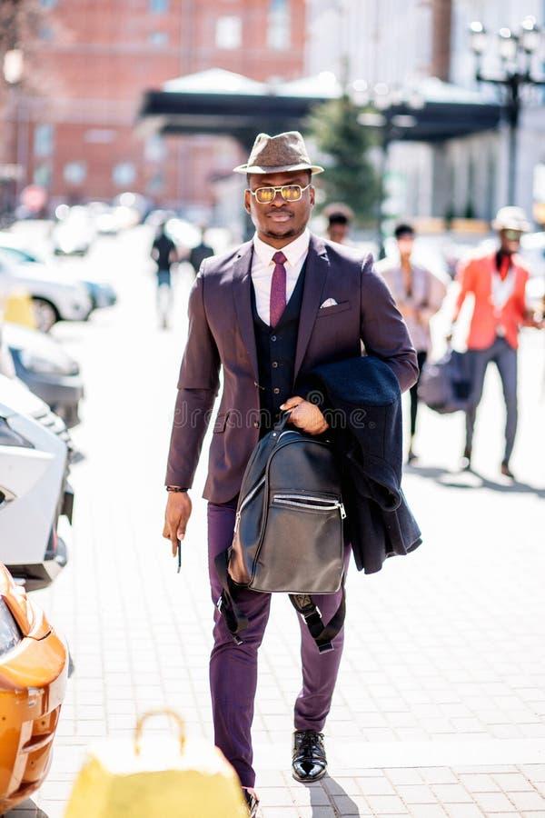 Den Africn turisten går på gatan royaltyfria foton