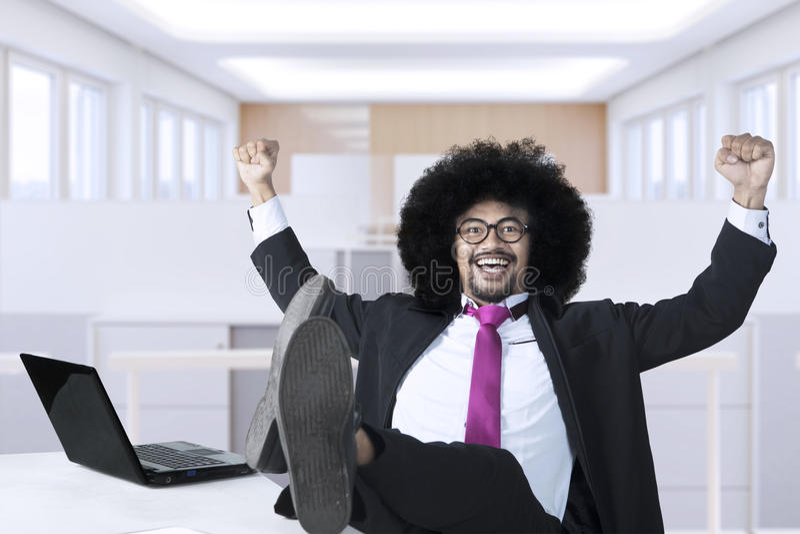 Den afrikanska affärsmannen firar hans framgång fotografering för bildbyråer