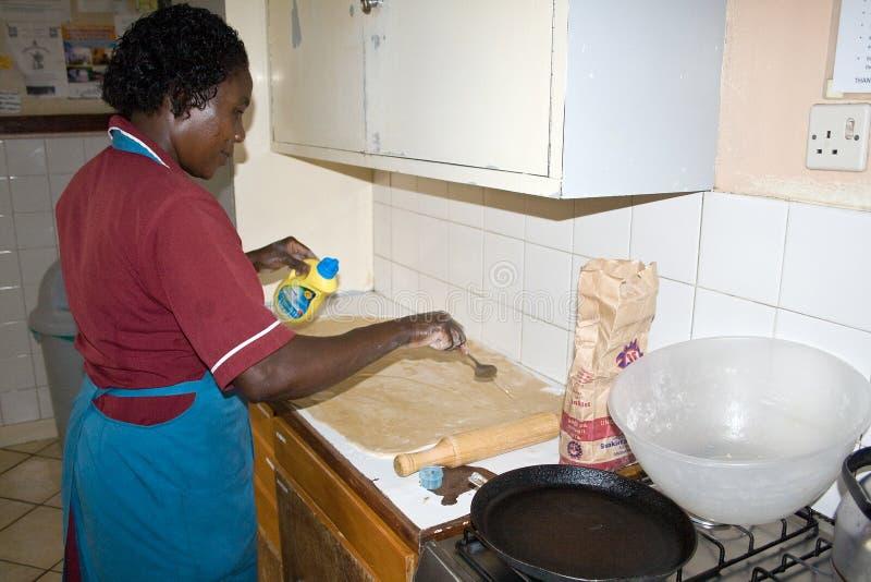 Den afrikanska kvinnan förbereder chapatien fotografering för bildbyråer