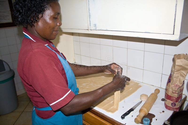 Den afrikanska kvinnan förbereder chapatien royaltyfria bilder