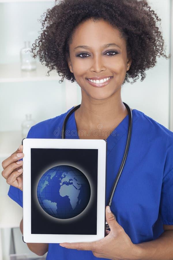 Den afrikanska kvinnan manipulerar Tabletdatorvärlden royaltyfria foton