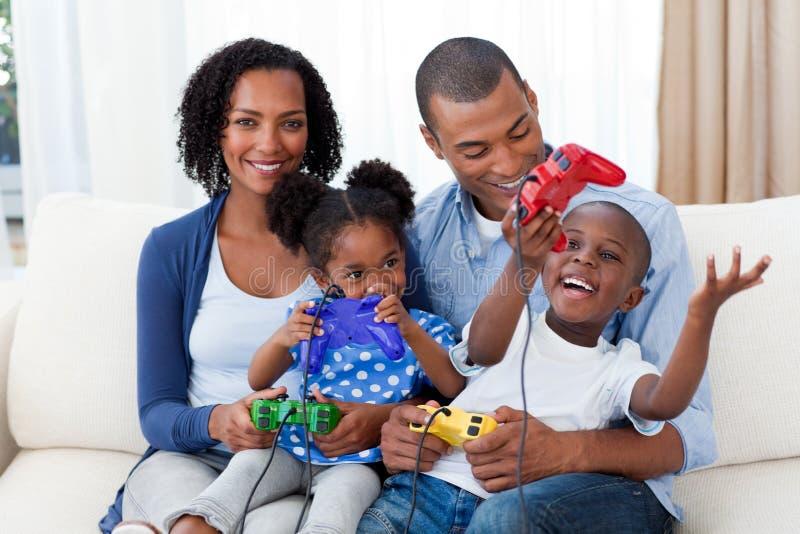 den afro amerikanska familjen spelar den lyckliga leka videoen royaltyfri bild