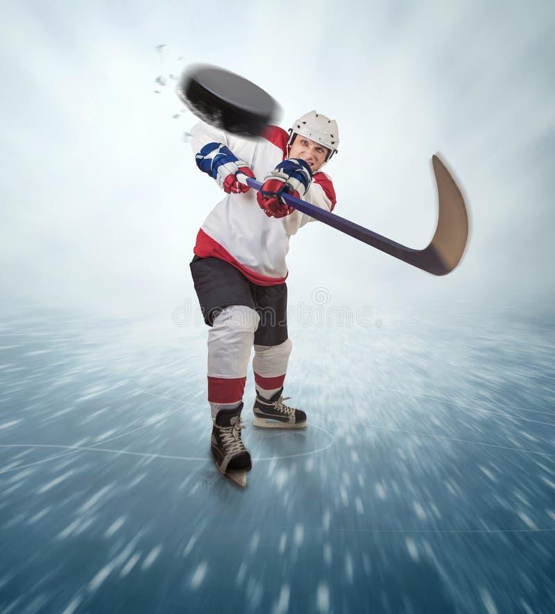 Den aggressiva hockeyspelaren sköt in i tittaren arkivfoton