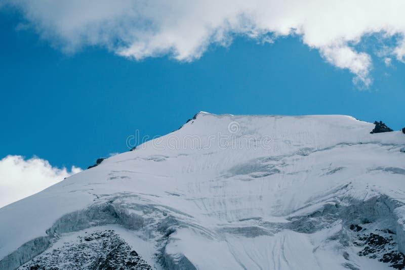 Den Akkem dalen i naturliga Altai berg parkerar fotografering för bildbyråer