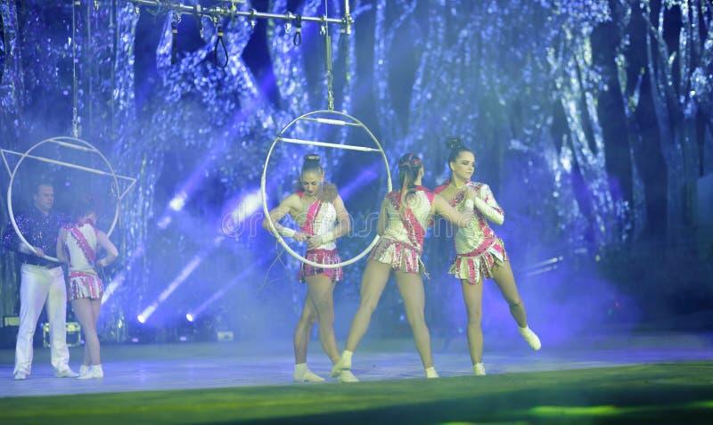 Den akrobatiska dansaren arkivbild