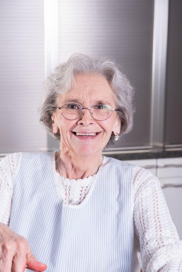 Den aktiva kvinnliga pensionären skrattar in i kamera arkivfoto