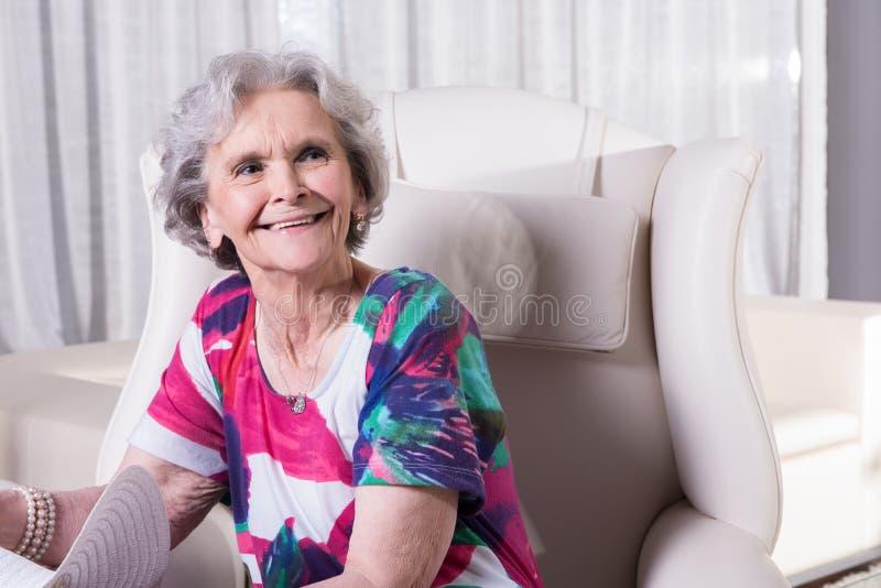 Den aktiva kvinnliga pensionären väntar för att gå ut royaltyfri bild