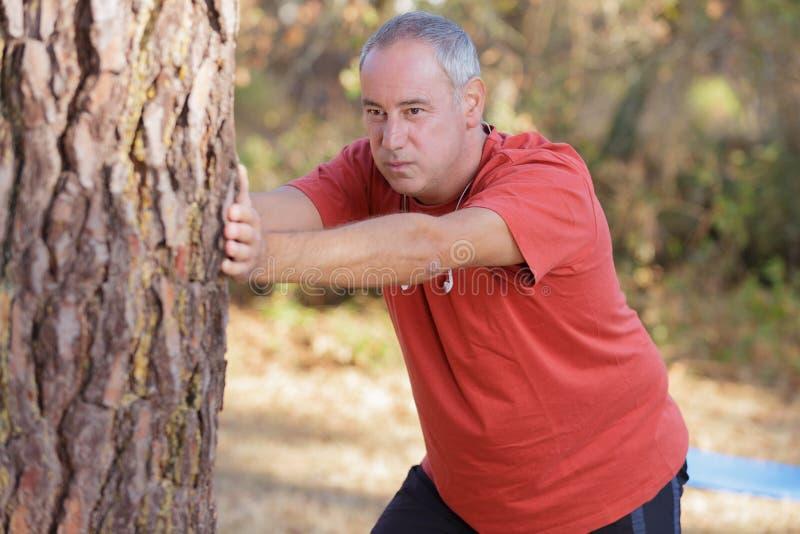Den aktiva mitt åldrades mannen som gör morgongenomkörare på morgonen royaltyfri bild