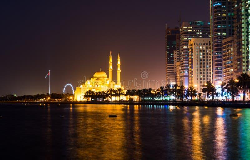 Den Al Noor moskén i Sharjah reflekterade i sjön royaltyfri bild