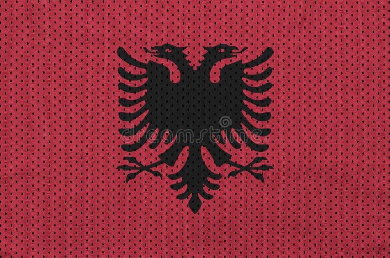 Den Albanien flaggan skrivev ut på ett tyg för ingrepp för polyesternylonsportswear royaltyfri foto