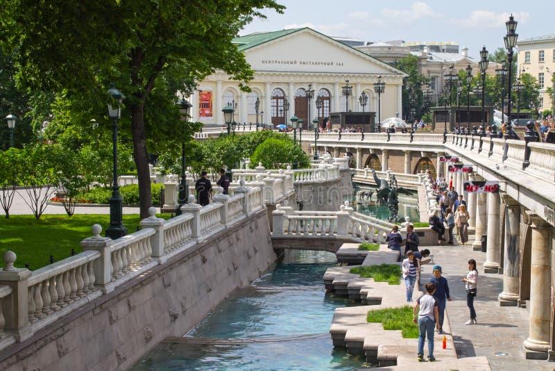 Den Alexandrovsky trädgården parkerar och utställningen Hall Manege, Moskva, Ryssland arkivbilder