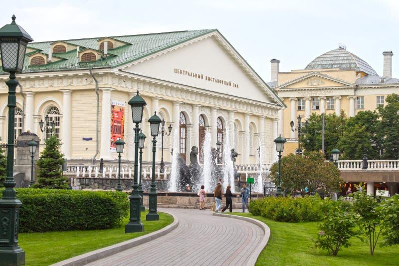 Den Alexandrovsky trädgården parkerar och utställningen Hall Manege, Moskva, Ryssland royaltyfria foton