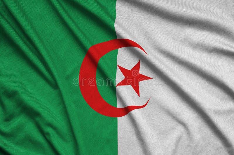 Den Algeriet flaggan visas på ett sporttorkduketyg med många veck Baner för sportlag arkivbilder