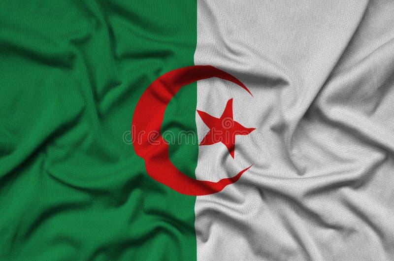 Den Algeriet flaggan visas på ett sporttorkduketyg med många veck Baner för sportlag royaltyfri bild