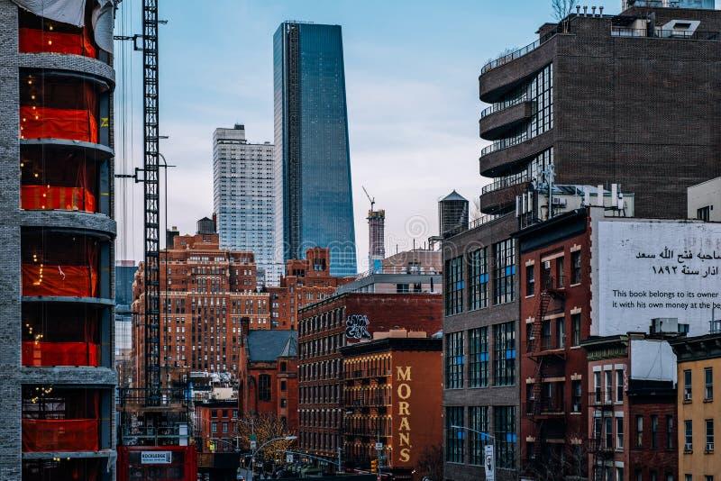 Den allmänna sikten av gamla byggnader och Hudson Yards från hög linje parkerar i Chelsea New York City royaltyfria bilder