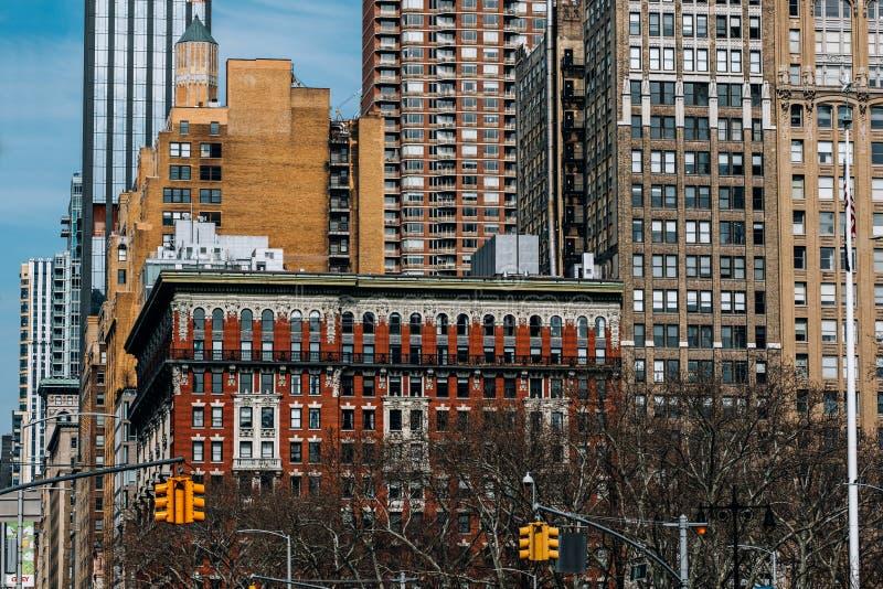 Den allmänna sikten av hyreshusar av Madison Square North från Madison Square parkerar i strykjärngrannskapen New York City royaltyfria bilder