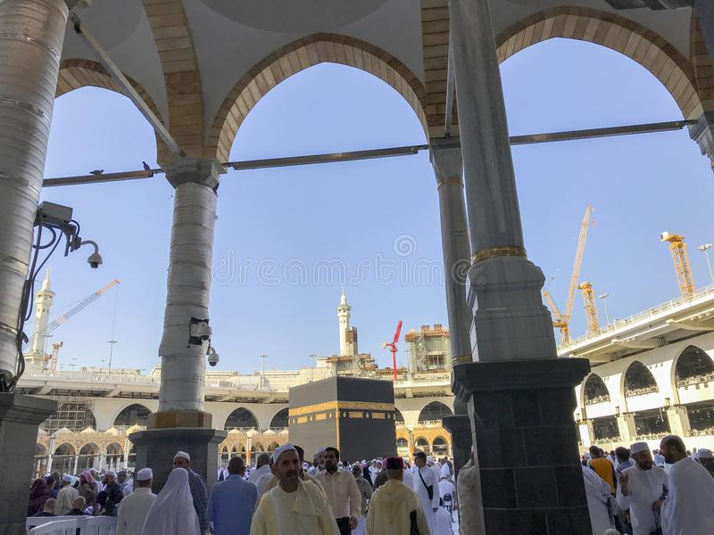 Den allmänna sikten av Kaabah och muselmanen vallfärdar i Makkah, Saudiarabien arkivfoto