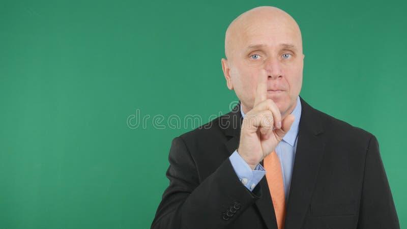 Den allvarliga affärsmannen Make Attention Hand gör en gest att peka med fingret upp royaltyfri foto