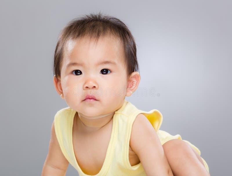 Den allvarliga asiatet behandla som ett barn flickan arkivbilder