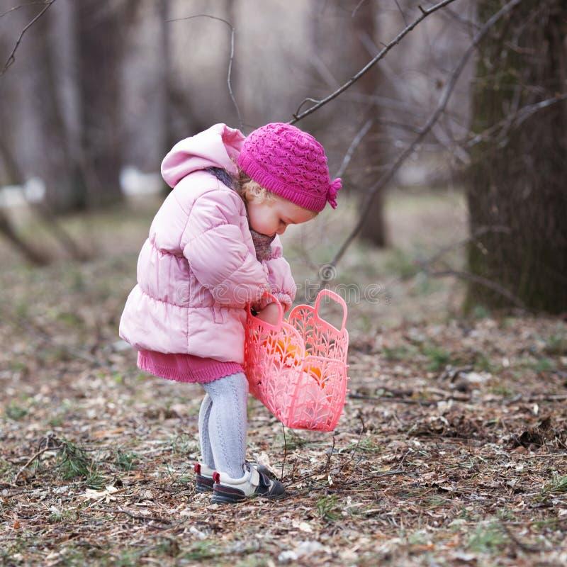 Den allvarliga härliga flickan som går med handväskan i vår, parkerar royaltyfria bilder