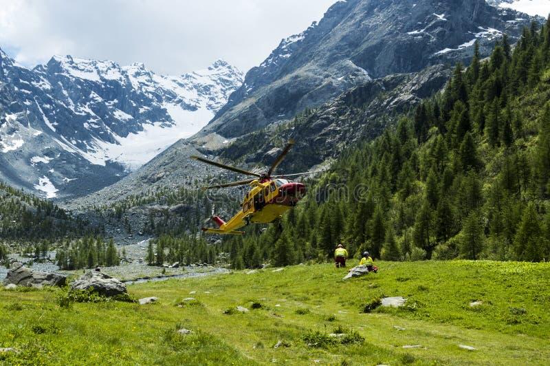 Alpin helikopterräddningsaktion arkivfoto