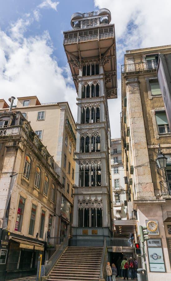 den alt- staden för lärlingarkitektbairroen som förbinder den förklarande franska gustave för den de centra du eiffel hissen högs royaltyfria foton