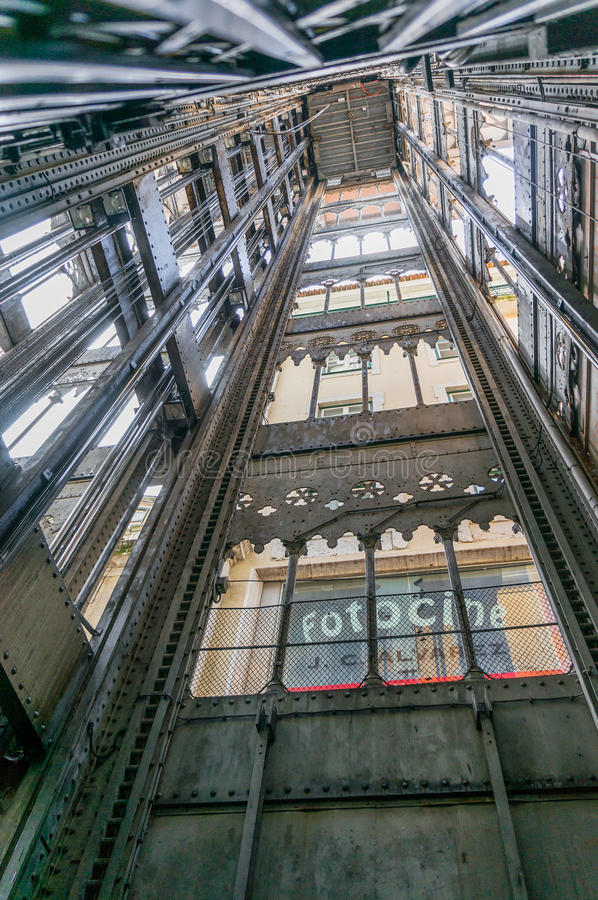 den alt- staden för lärlingarkitektbairroen som förbinder den förklarande franska gustave för den de centra du eiffel hissen högs royaltyfria bilder