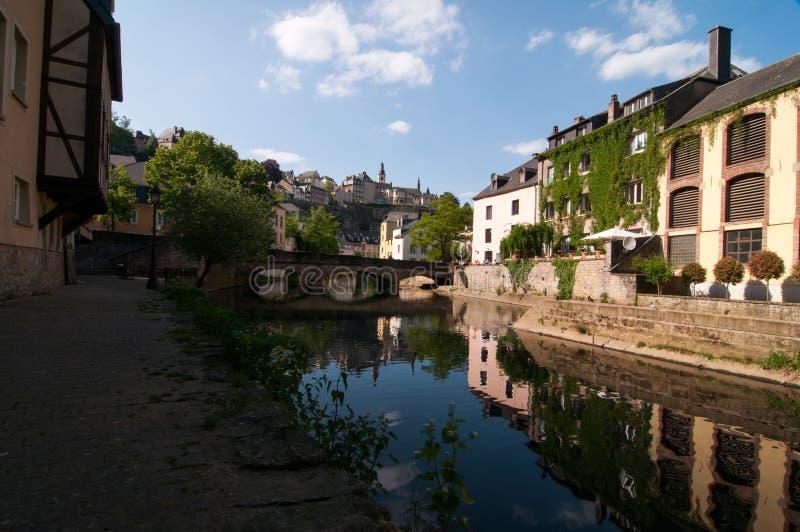 Den Alzette flodspolningen till och med Grund, Luxembourg fotografering för bildbyråer