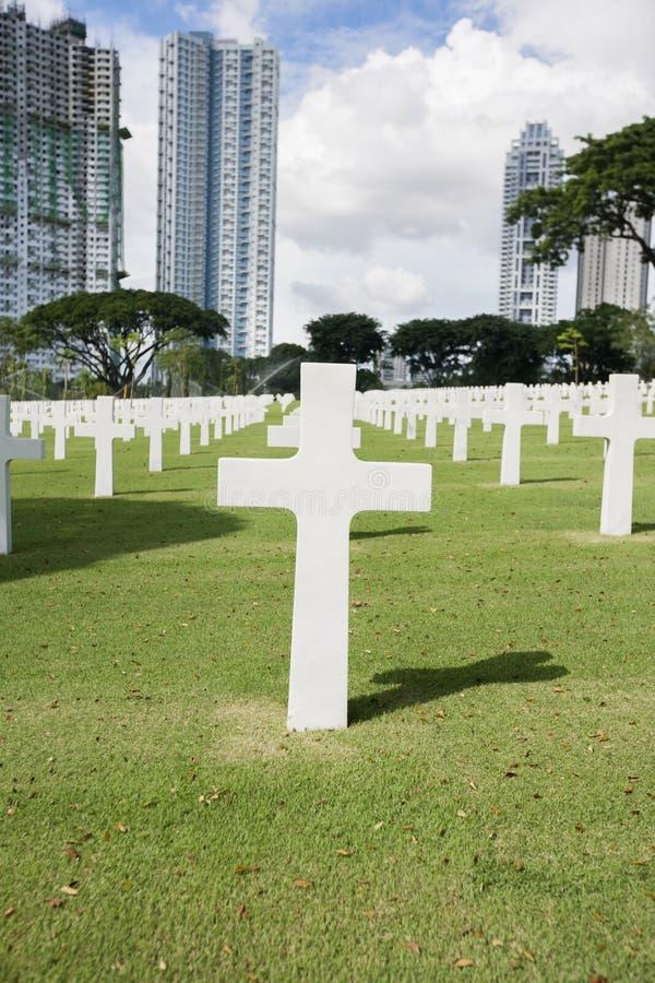 Den amerikanska minnes- kyrkogården med byggnader i bakgrund, Manila, Filippinerna royaltyfri foto
