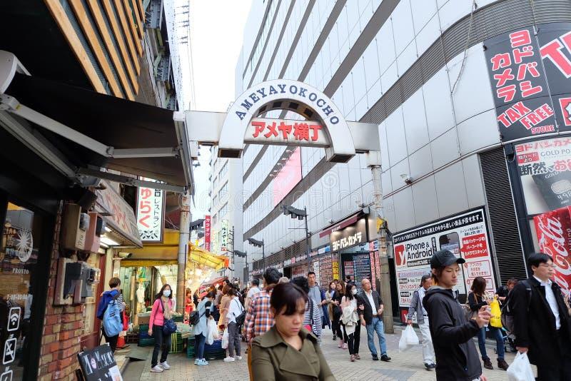 Den Ameyoko shoppinggatan är en viktig av Ueno arkivbilder
