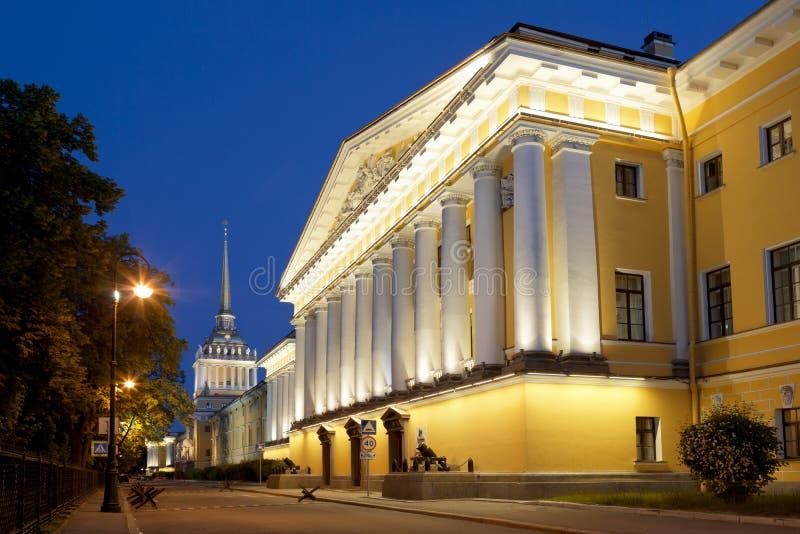 Den Amiralitetet byggnaden i St Petersburg, Ryssland arkivfoto