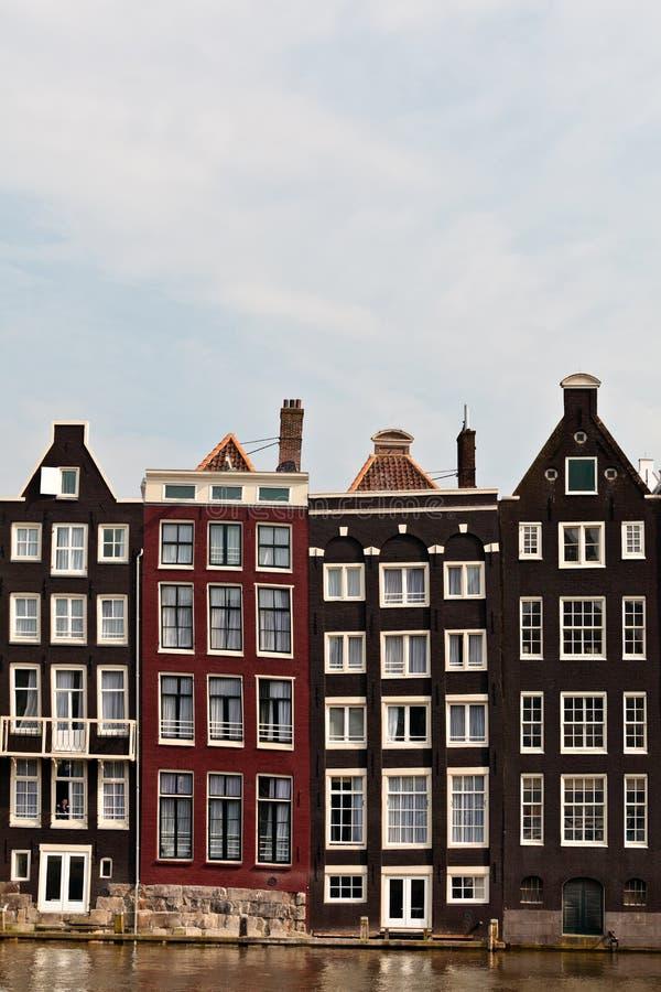 den amsterdam kanalen houses rad royaltyfria bilder