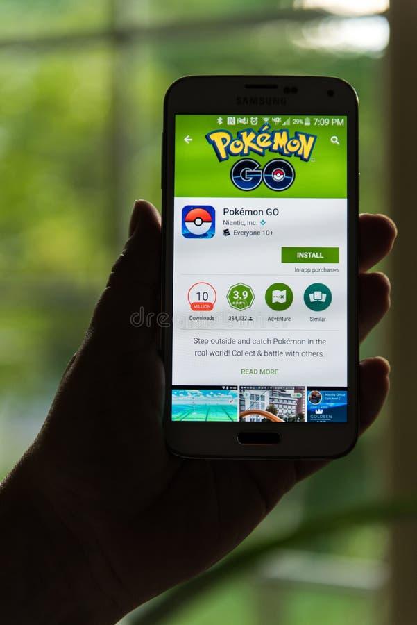 Den Android användaren som förbereder sig att installera Pokemon, går arkivfoto