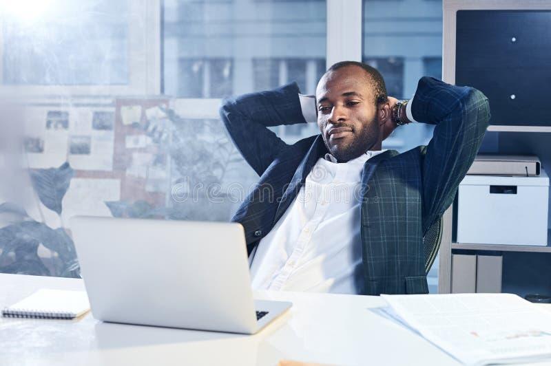 Den angenäma stilfulla mannen sitter på tabellen arkivfoto