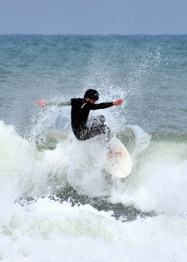 Den anonyma surfaren sl?ss den stormiga medelhavet royaltyfria foton