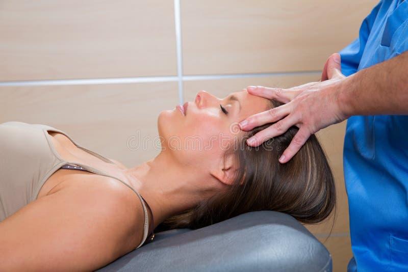 Vänder mot den avslappnande theraphyen för ansikts- massage på kvinna royaltyfria bilder