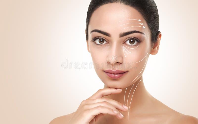 Den Antiaging massagen fodrar på härlig kvinnaframsida fotografering för bildbyråer