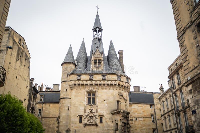 Den antika dörren Cailhau i Bordeaux arkivfoto